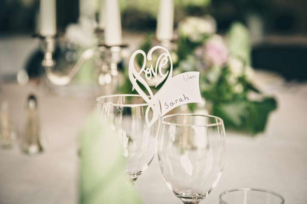 klassisk bordkort på vinglas til bryllup