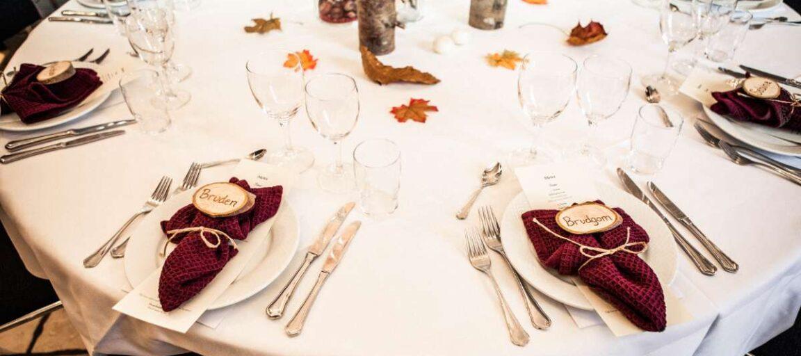 Efterårsborddækning med bordkort i træ