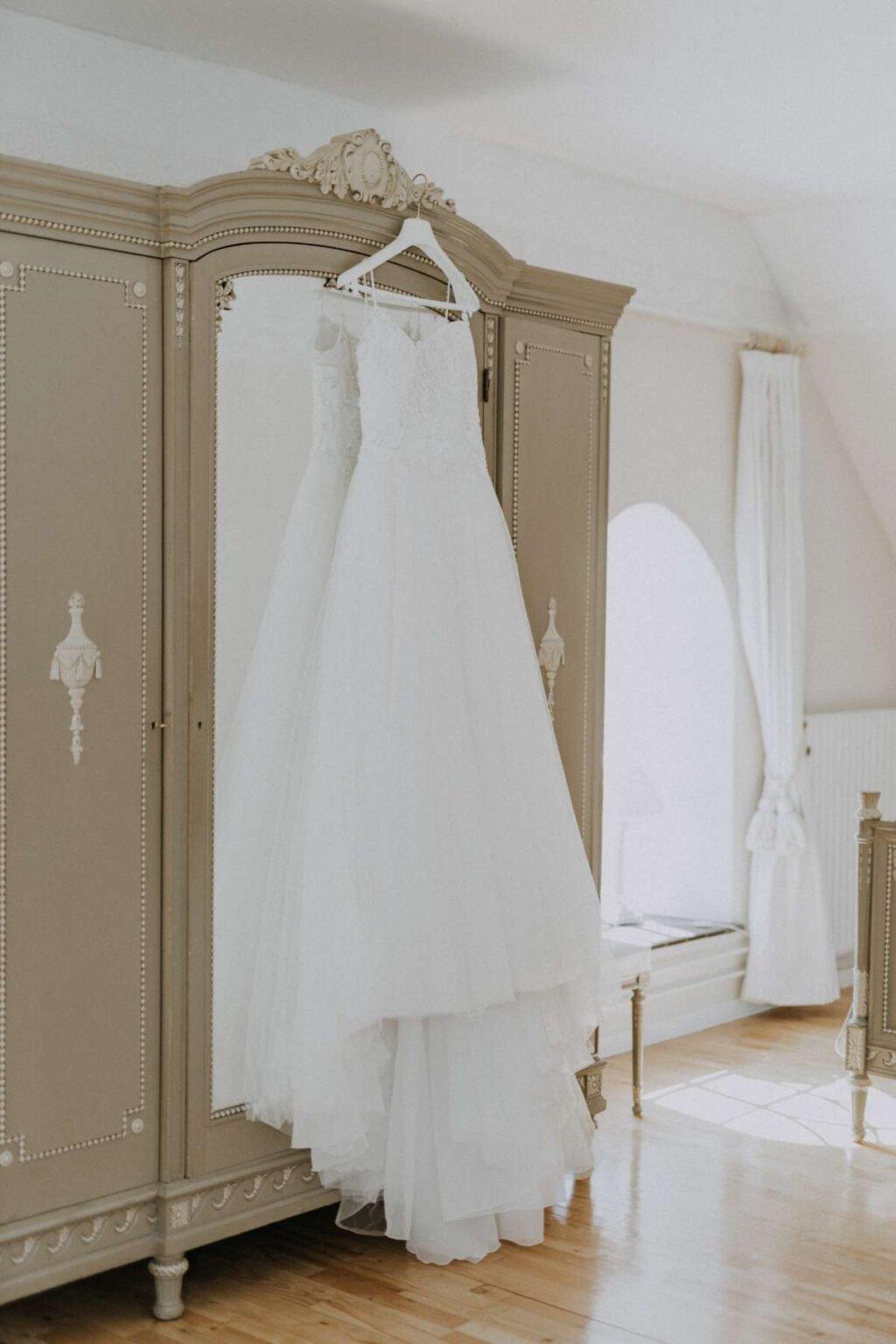 Brudekjole hænger på et skab