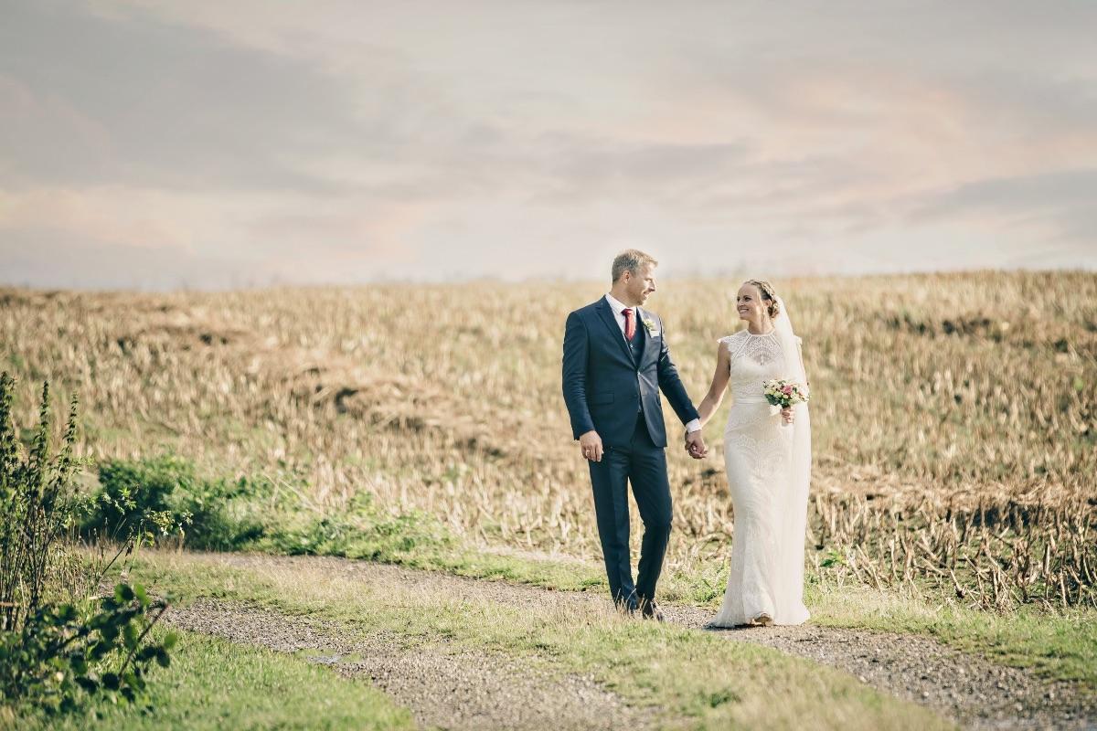 Bryllupsbillede ved marken på godset