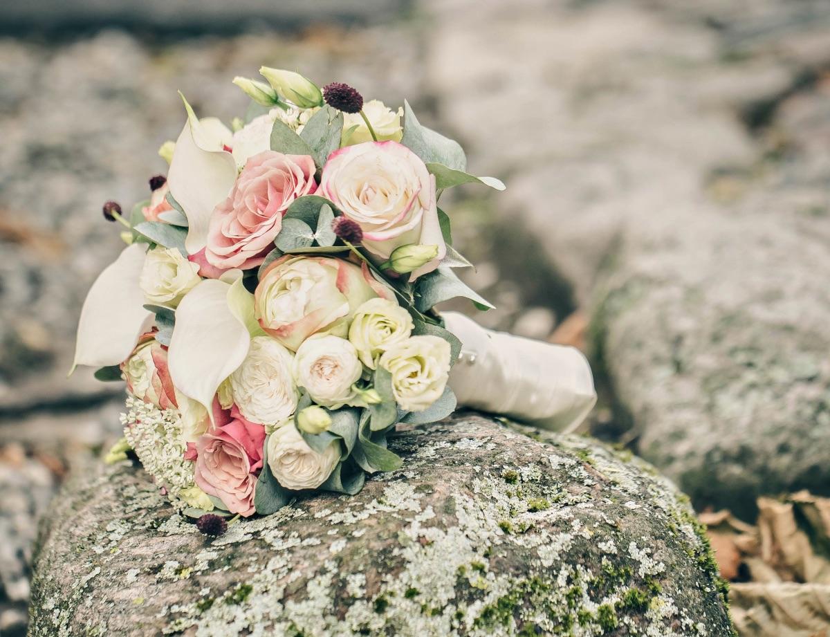 Brudebuket på stor sten