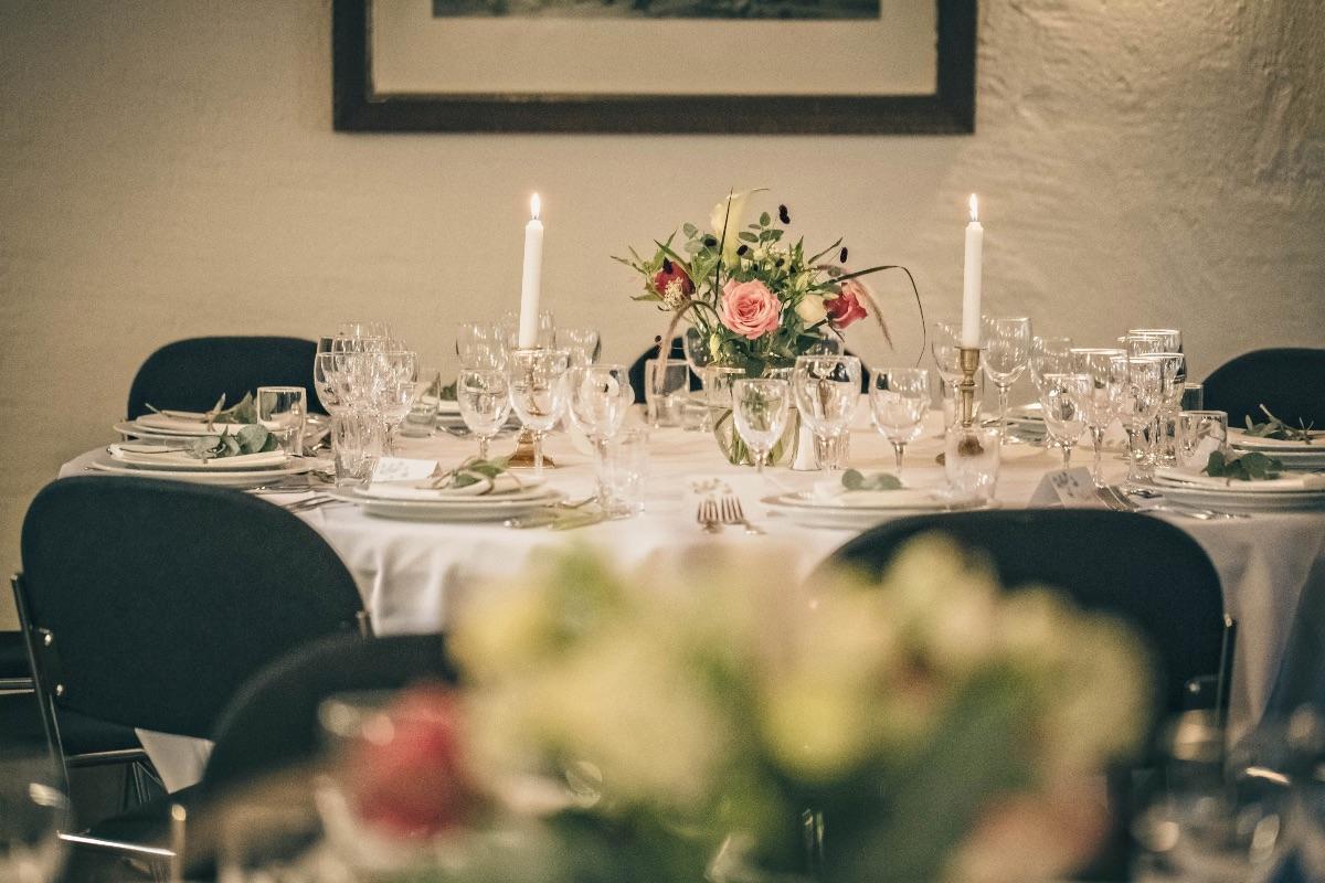 Bryllupsbord med lys og blomster