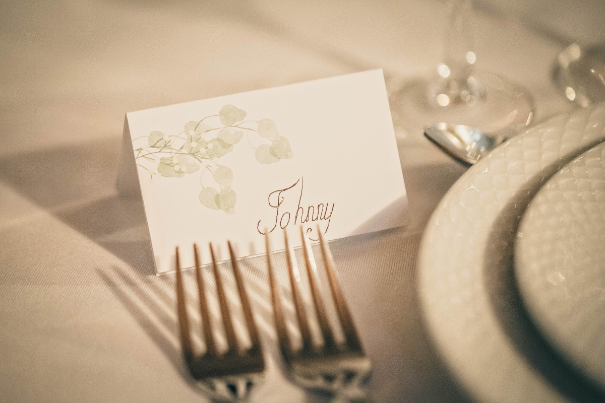 Hvidt bordkort med blomster til bryllup