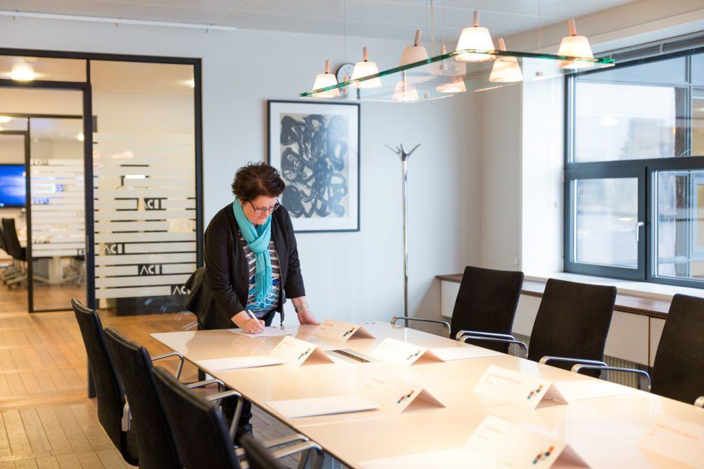 Anne Dalgaard klargør et mødelokale