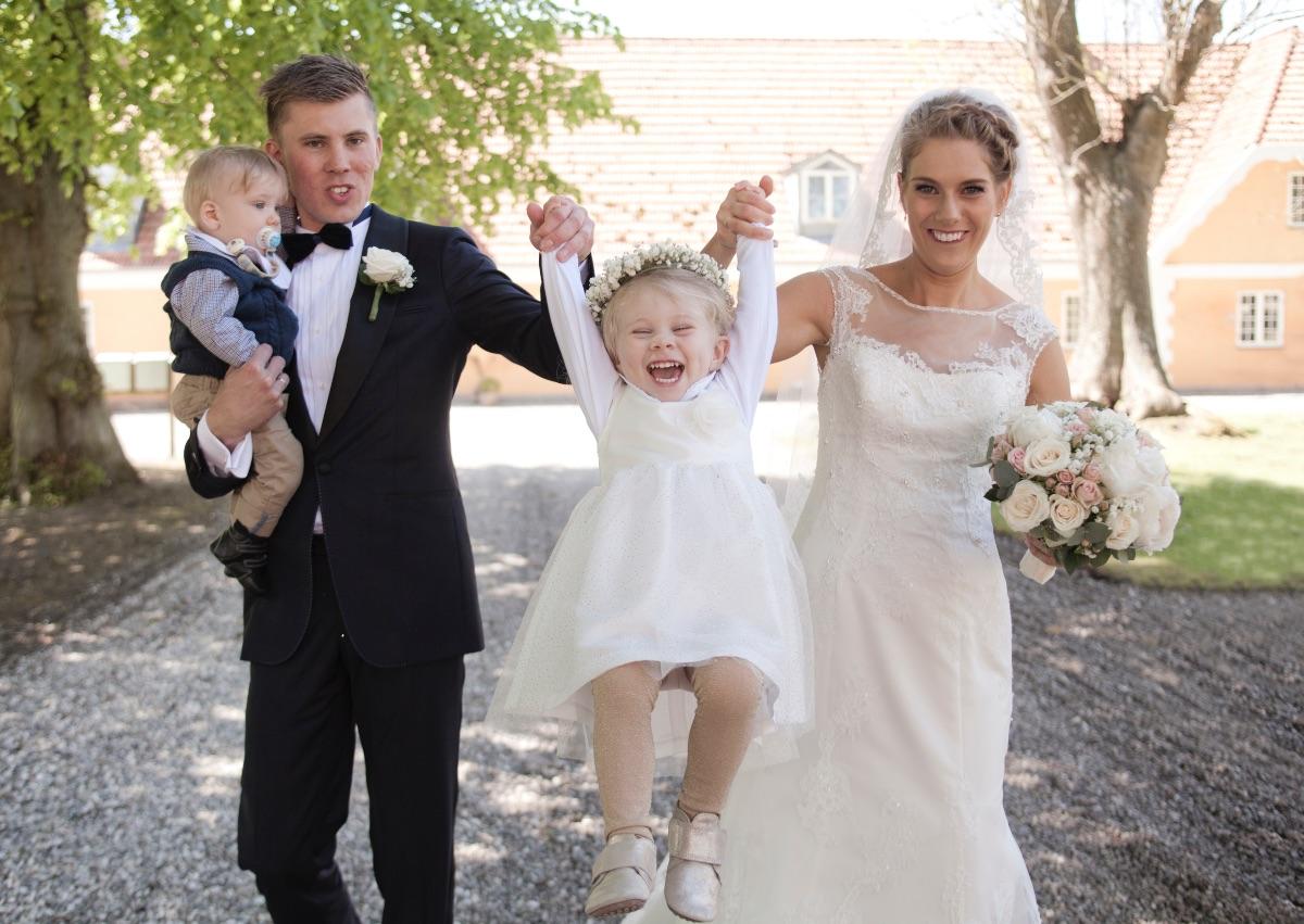 Nygift brudepar Maria og Kim med børn