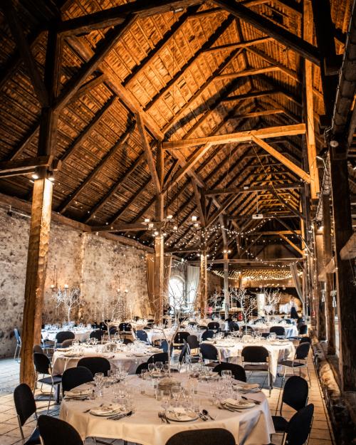 1877-Laden med bordopstilling til bryllup og rustikt loft med bjælker
