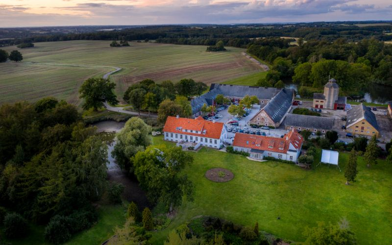 Dronebillede af Sonnerupgaard Gods og markerne omkring