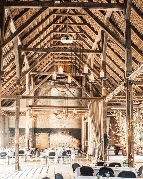 Træbjælker i loftet pyntet med lyskæder i 1877-Laden