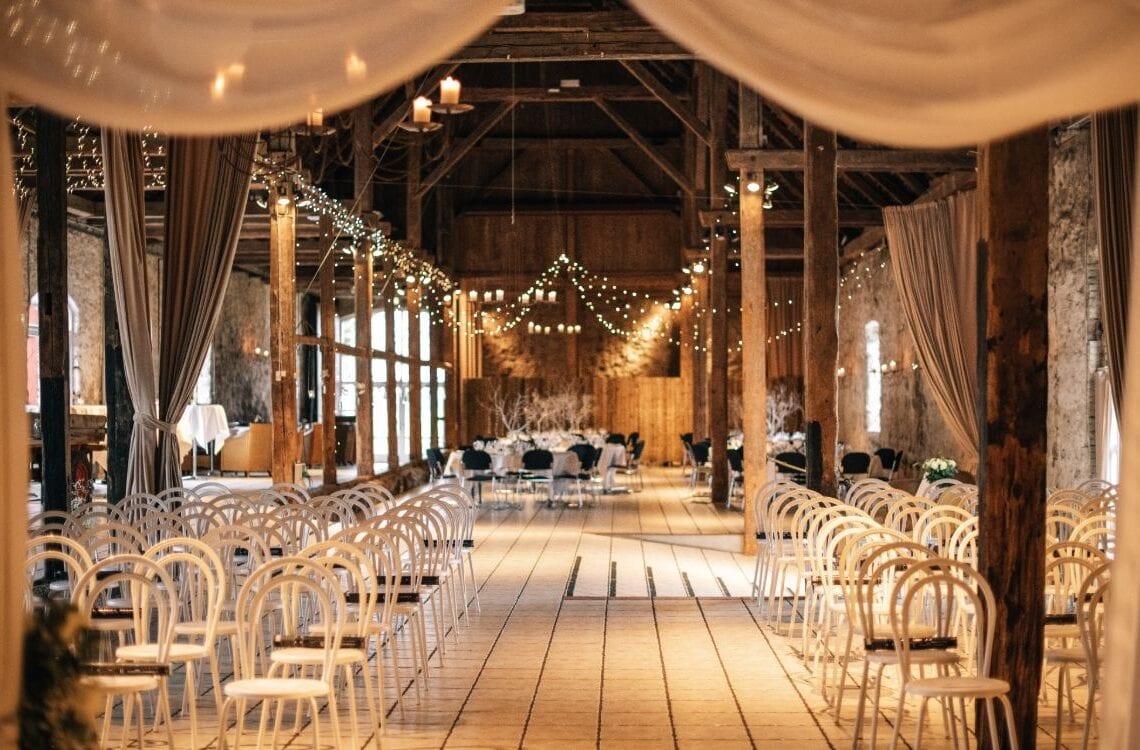 1877-Laden pyntet til bryllup med vielsesportal og vinterpynt
