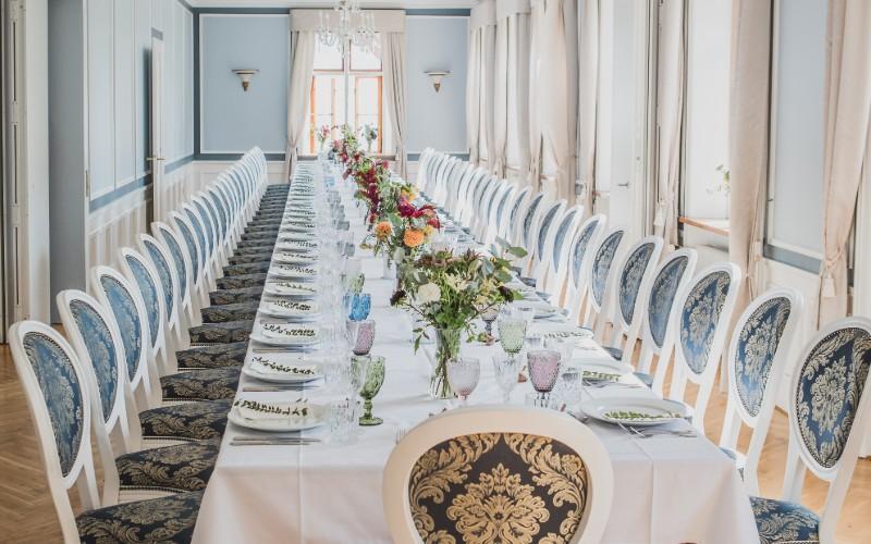 Hovedbygningen klar til bryllup med borde og stole