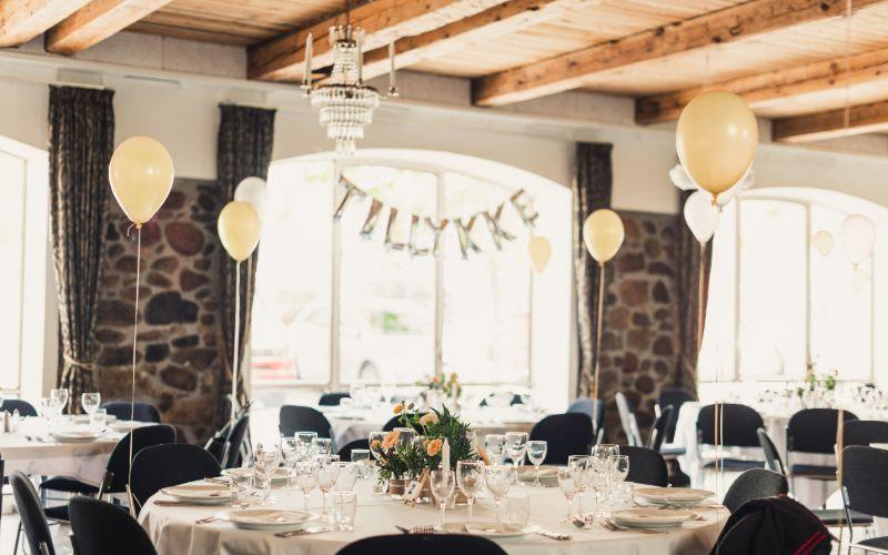 Festopstilling i Festfløjen med balloner og tillykke-skilt