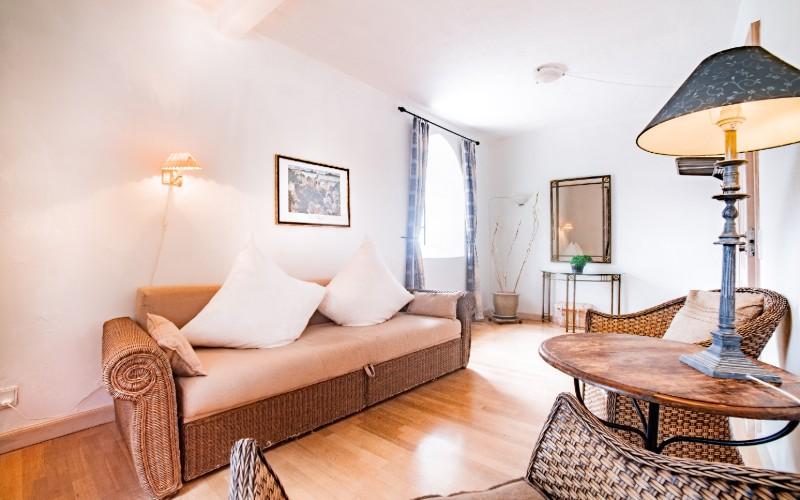 Stuen i en af suiterne med sofa