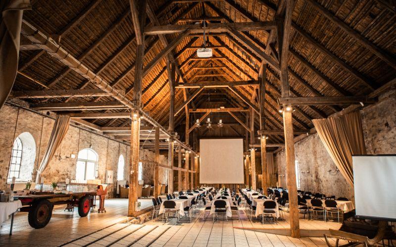 Opstilling til konference i laden med to projektorer