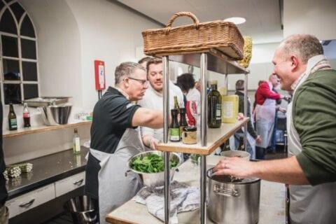 3 mænd har det sjovt til madlavningskursus