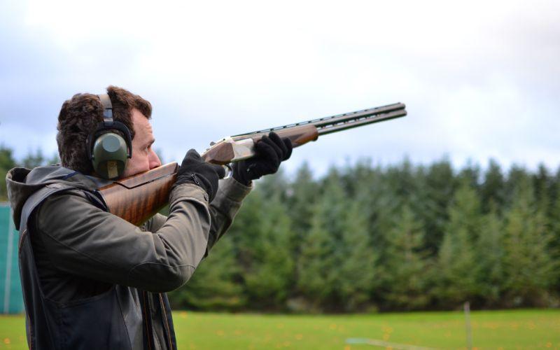 Mand står klar til at affyre skud mod lerdue