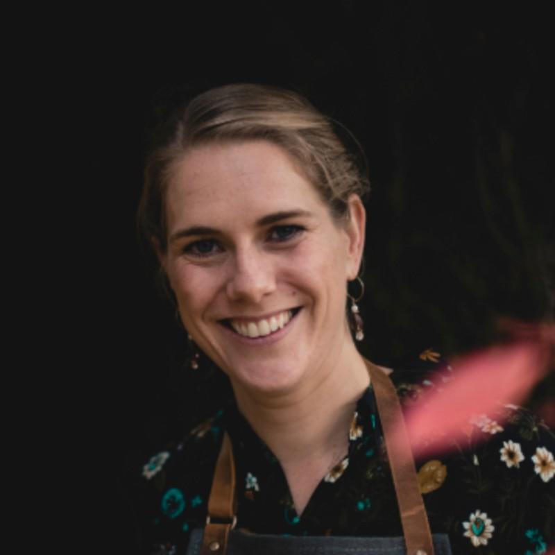 bryllupsarrangør Maria Lyng kigger smilende ind i kameraet