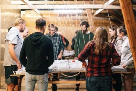 Teambuilding på aktivitetsloftet med øvelsen den rullende labyrint