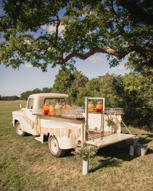 Truck med drinks til bryllup i parken foran 1877-Laden