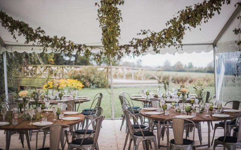 Telt klar til fest og bryllup med borde, stole og pynt