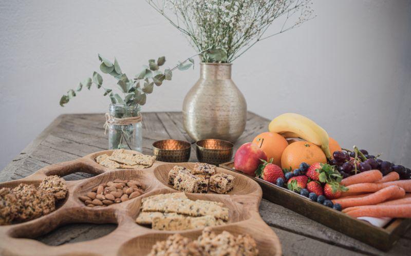 Frisk frugt og knækbrød på bord til møder og konferencer