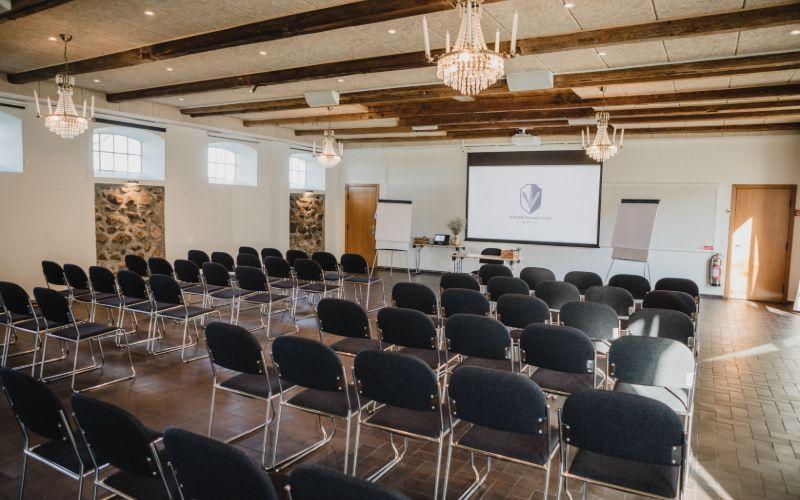 Kursus og konferenceopstilling med stole og projektor i Festfløjen