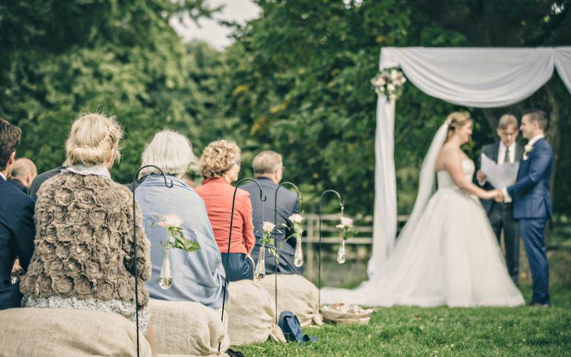 Stemningsbillede fra bryllup med vielse i parken