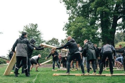 Teambuilding øvelse med TEAK. Kursisterne laver øvelsen plankebro