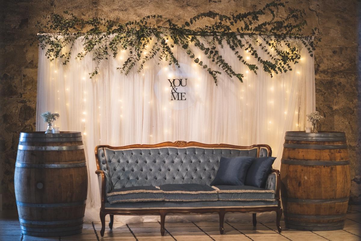 Selfiestation med bryllupspynt, tyl og blå sofa