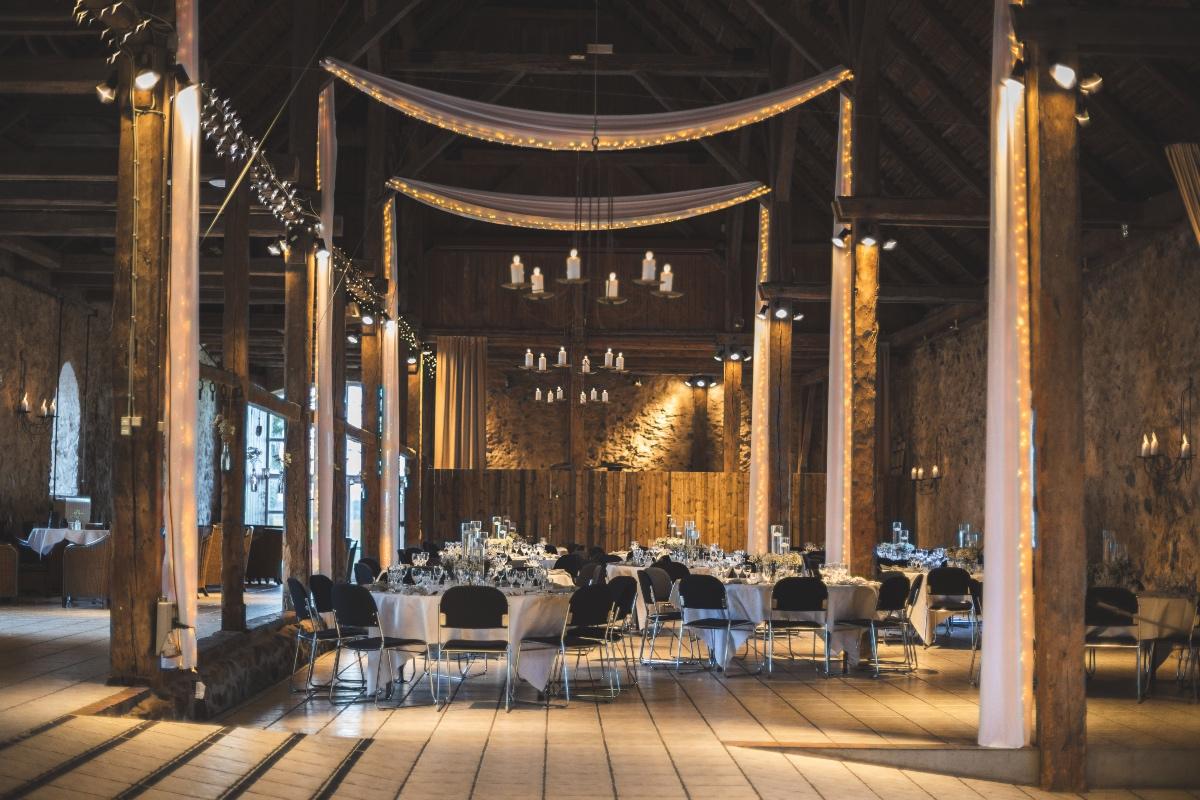 Bryllup i lade med tyl og lyskæder