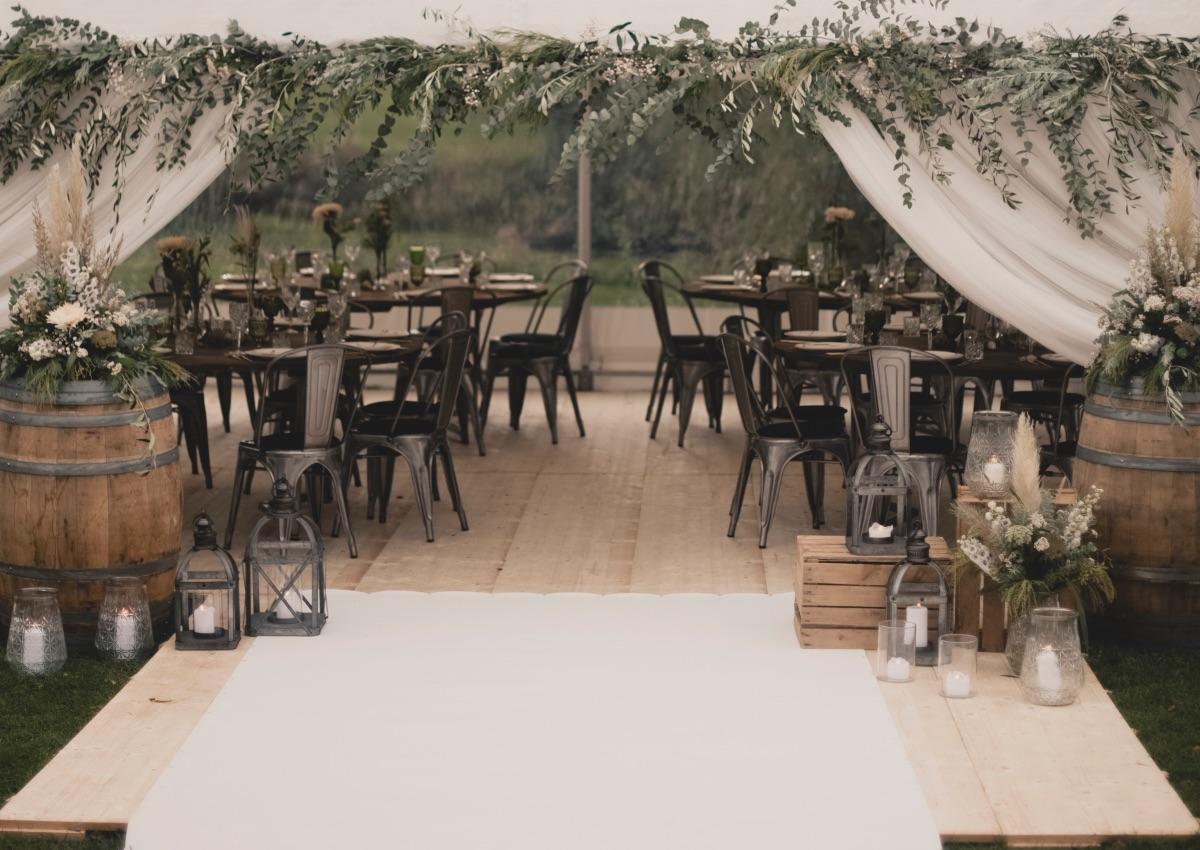 Bryllupsdekoration i telt