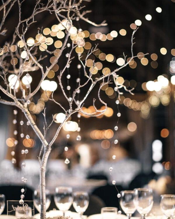 Flot juledekoration på bordene til festopstilling i laden