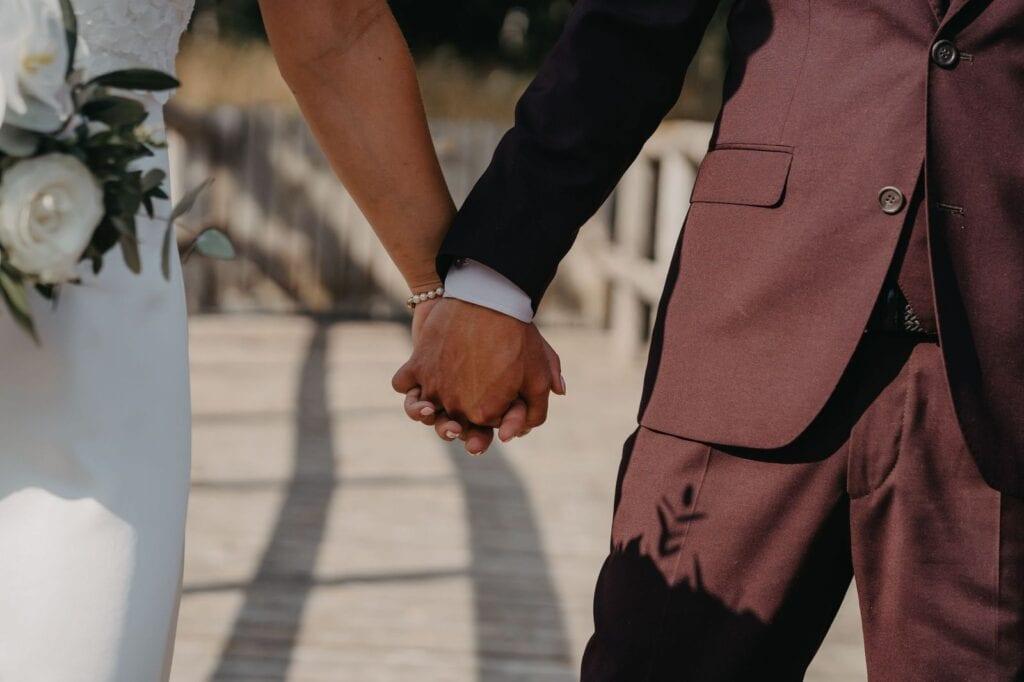 Brudepar går hånd i hånd