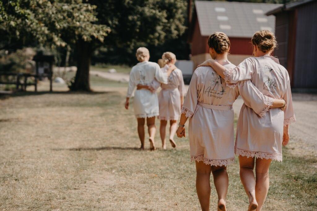 Brudepiger og brud går ved 1877-Laden