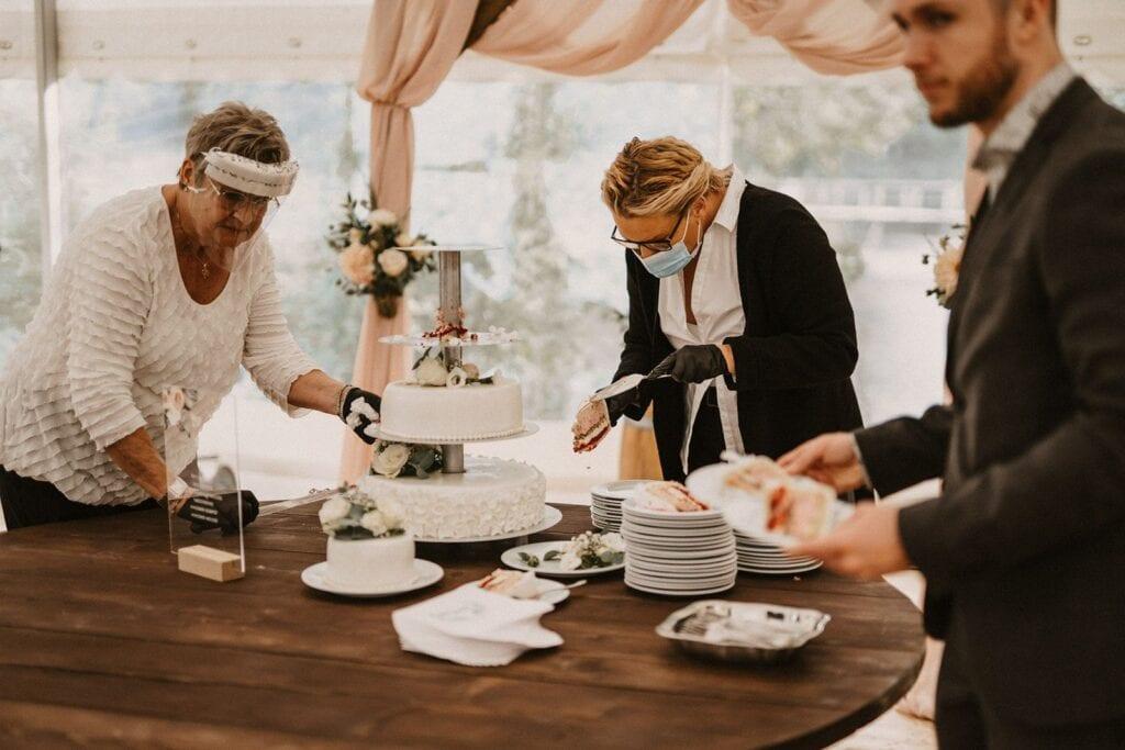 Corona bryllup med bryllupskage