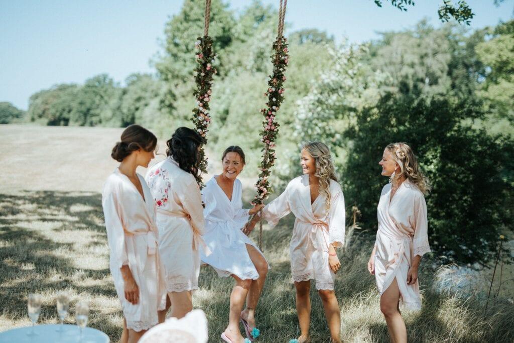 Brud med brudepiger ved blomstergynge