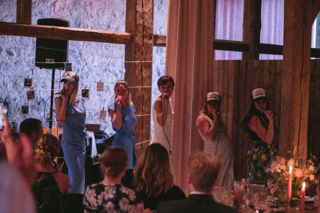Brud og brudepiger synger til bryllup