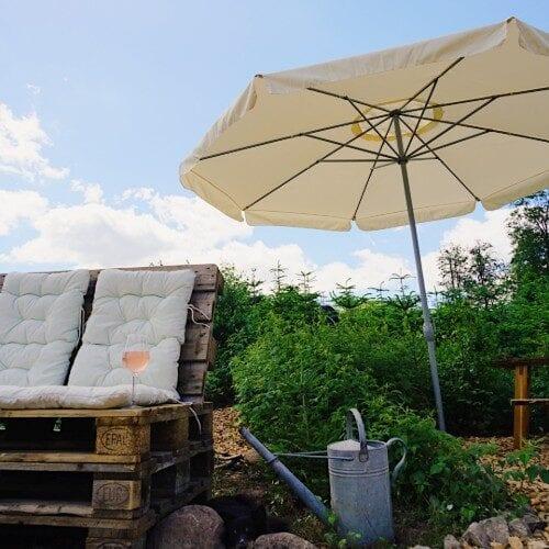 Paller med hynder og parasol