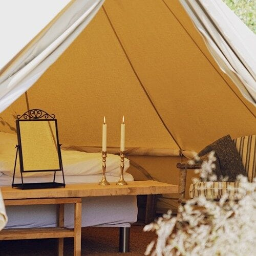 Åbning af telt med spejl og lysestager