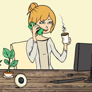Tine sidder ved sit skrivebord og ringer til kursussteder