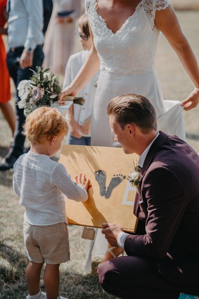 Barn til bryllup giver gave til sine forældre