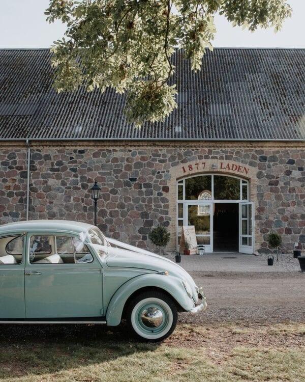 Charmerende og gammel bil til brudekørsel foran 1877-Laden