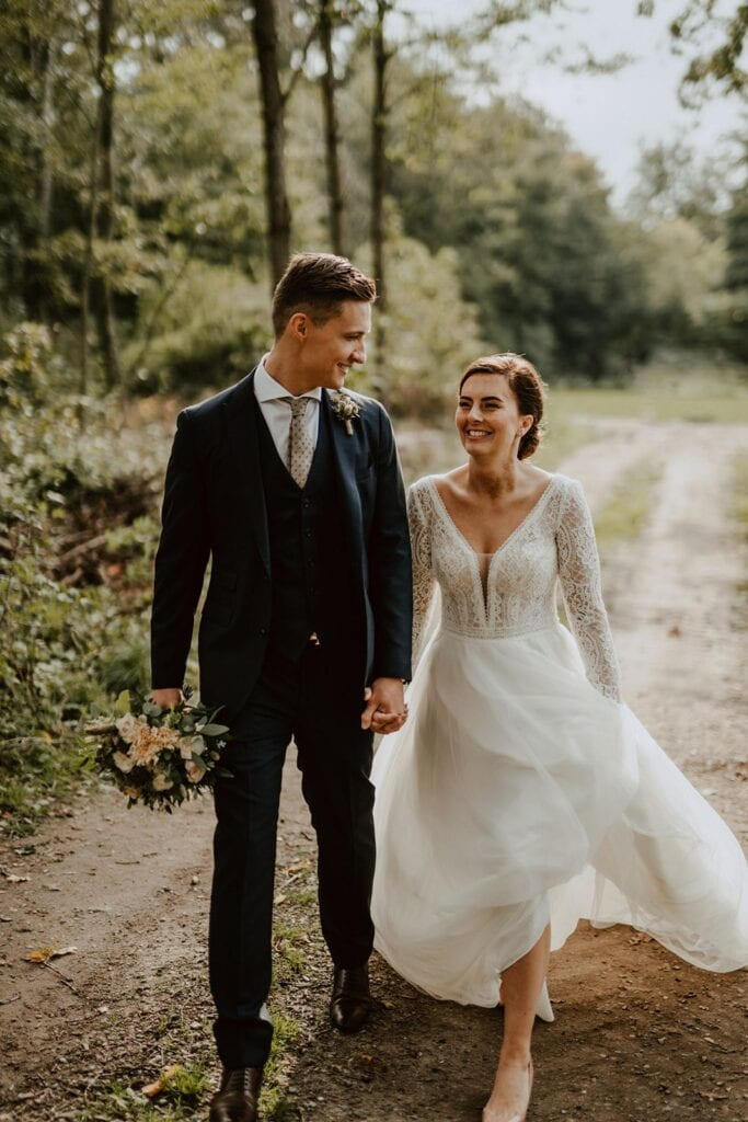 Brudepar går tur i skoven