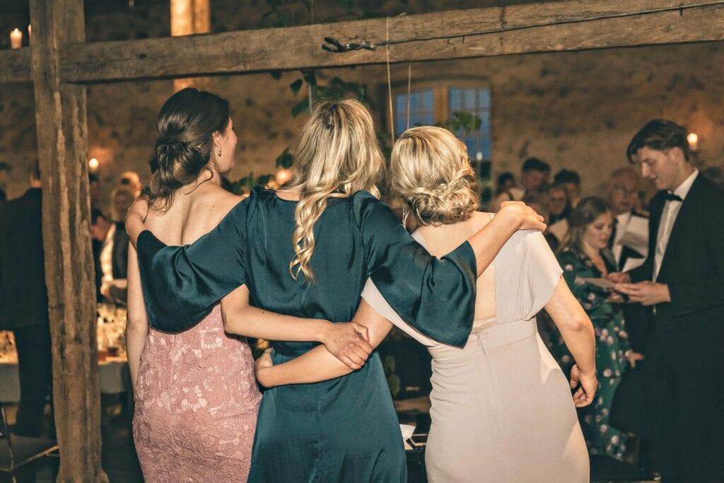 Gæster krammer til bryllup
