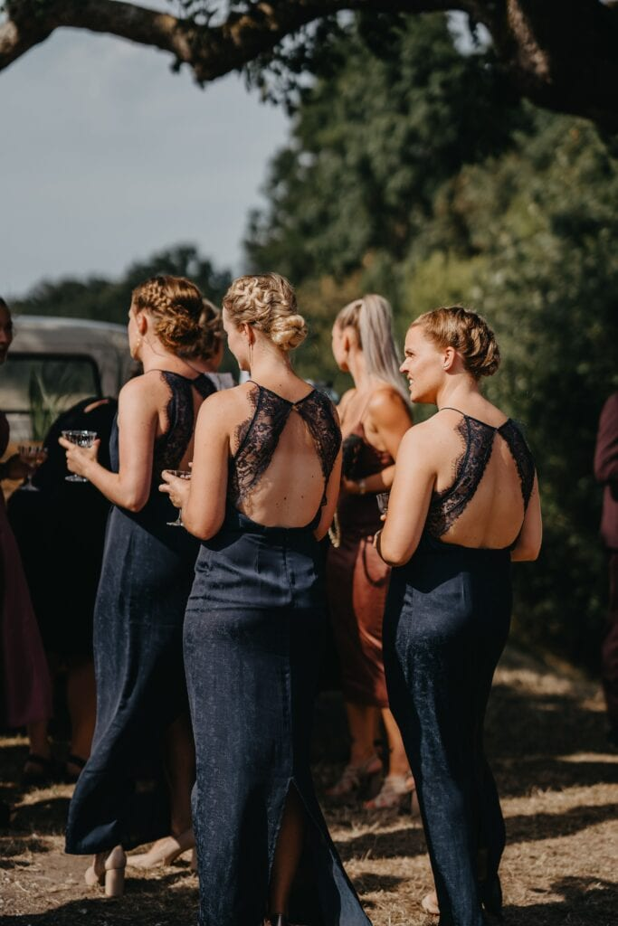 Brudepiger til udendørs vielse ved 1877-Laden