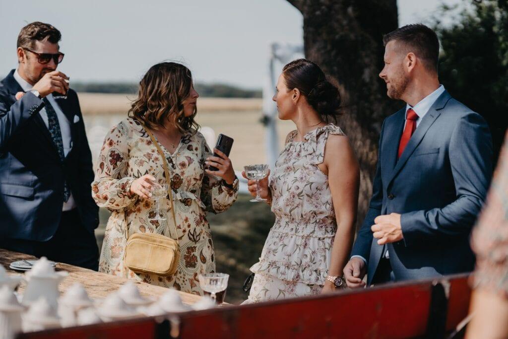 Bryllupsgæster i farverige kjoler