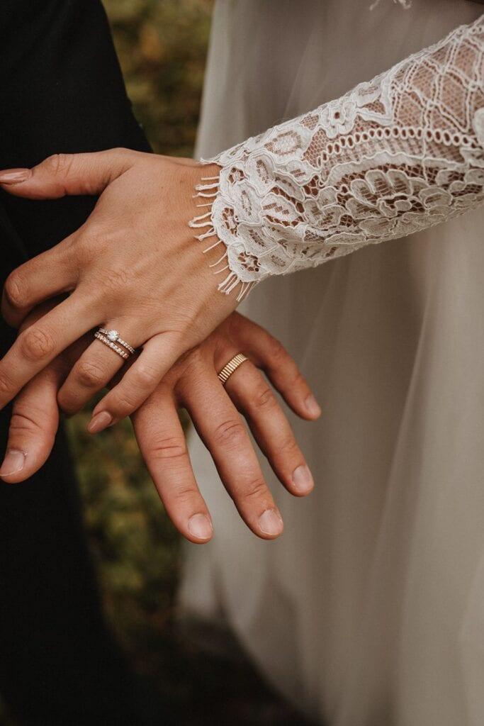 Brudepar viser deres vielsesringe frem