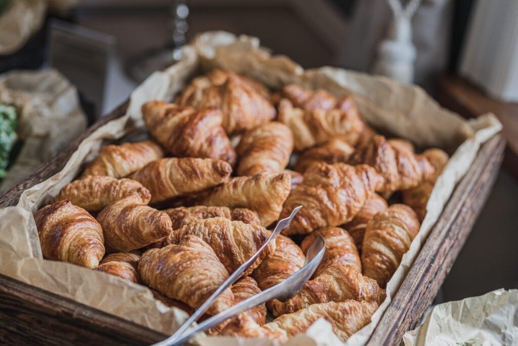 Kurv fyldt med croissanter