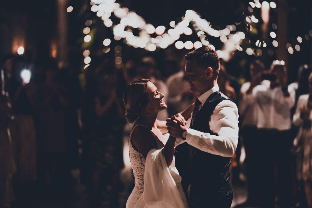 Brudepar danser brudevals i 1877-Laden til bryllup