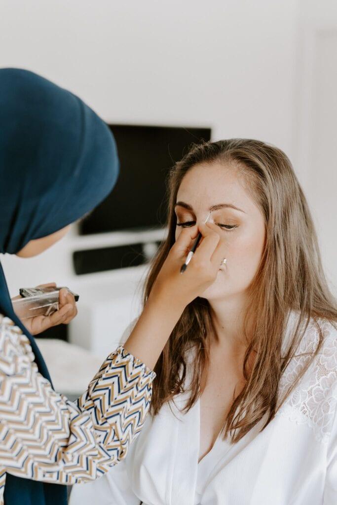 Hår og makeup artist gør brud klar til bryllup