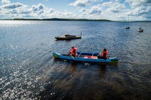 Mennesker i kano med redningsveste